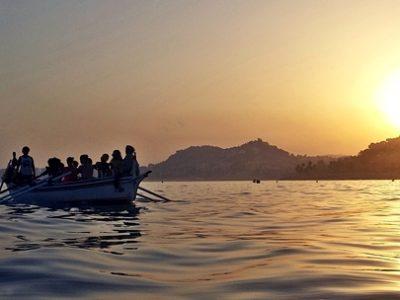 Mujeres en barca de jábega (CR Pedregalejo) bogando en la bahía. Foto F. F.