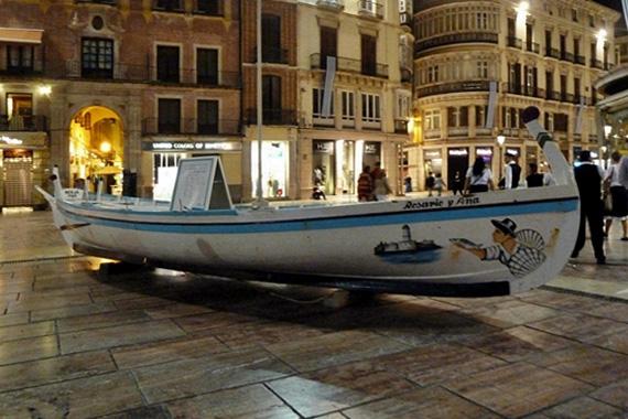 """La barca de jábega """"Rosario y Ana"""" en la Plaza de la Constitución"""