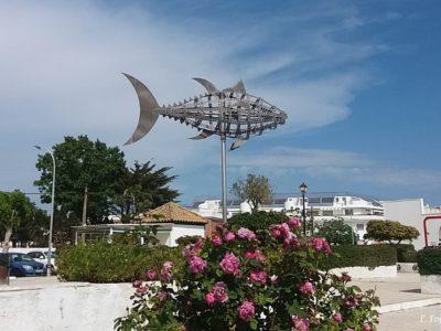 El atún omnipresente. Una de las plazas del pueblo
