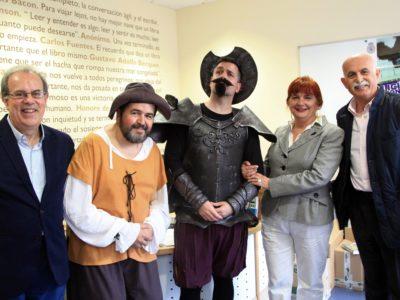 D. Quijote y Sancho entre los representantes de la asociación.