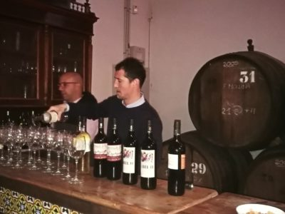 Cayetano Garijo y Daniel llenando las copas.
